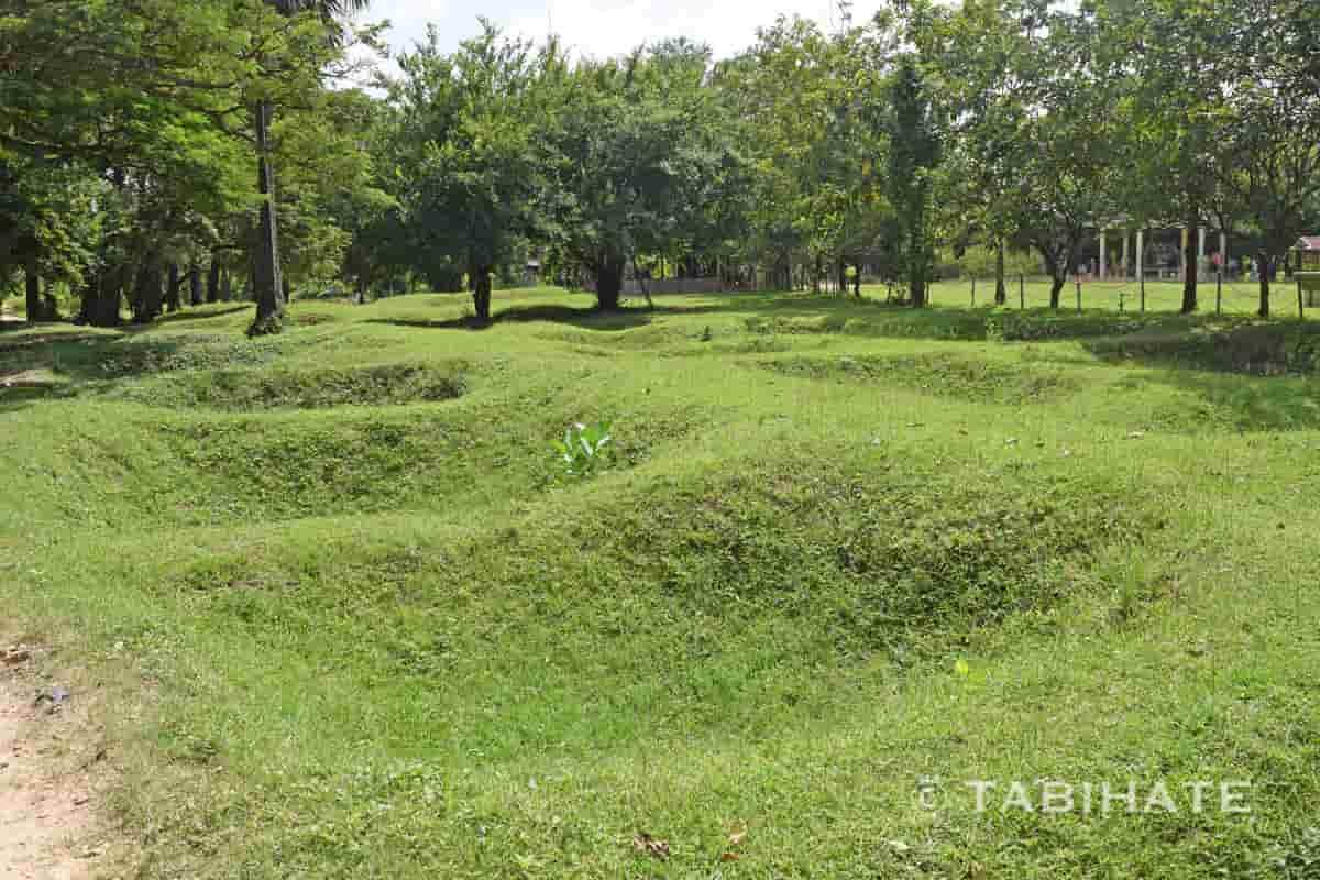 キリング・フィールド内の地面に開いた無数の穴