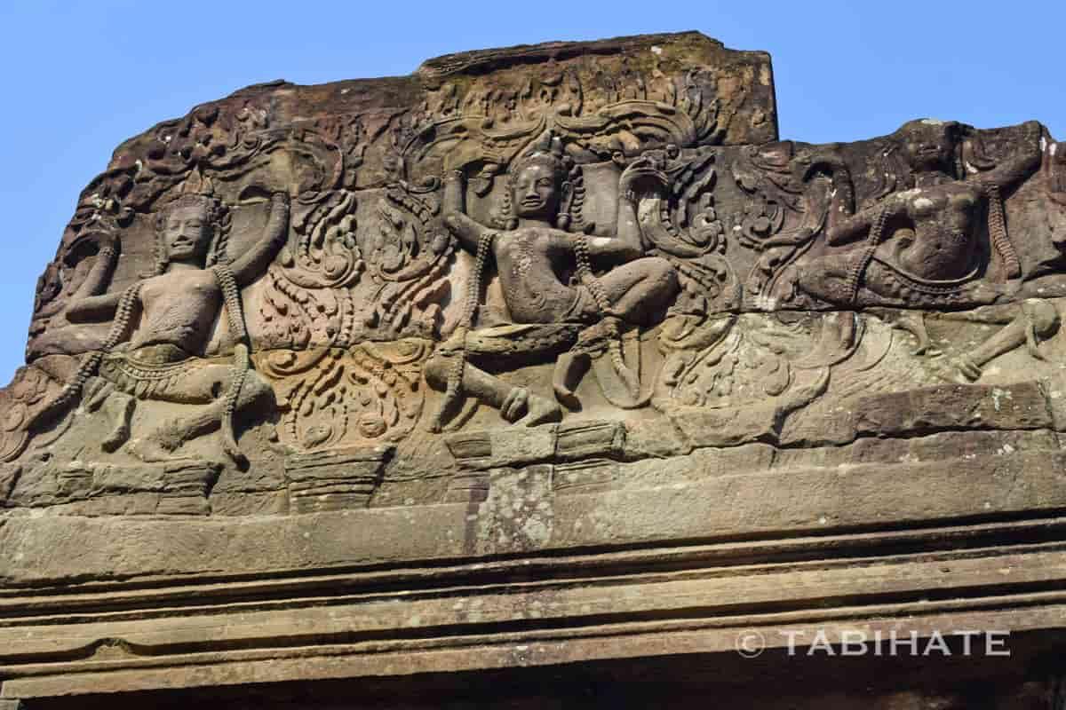 バイヨン寺院の東門にある彫りの深いアプサラのレリーフ