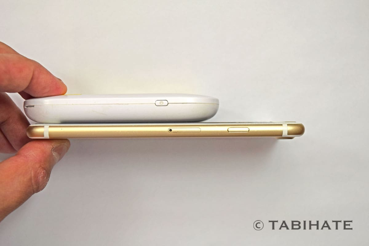 イモトのWiFiルーター本体とiPhone7の厚さを比較